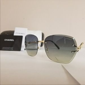 Chanel 17152/6118137 sunglasses.